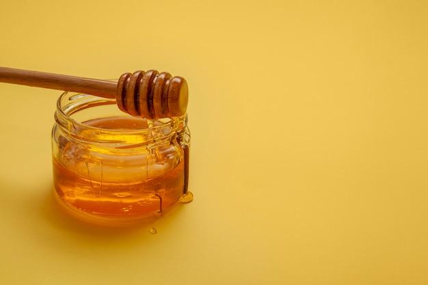 Vara de mel close-up em cima da tigela Foto gratuita
