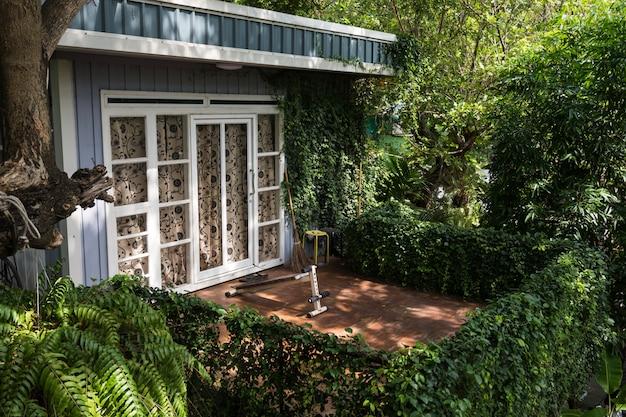Varanda varanda varanda com sentar-se equipamentos de ginástica e decoração de plantas. exterior da casa com o conceito de estilo de vida das hortaliças. Foto Premium