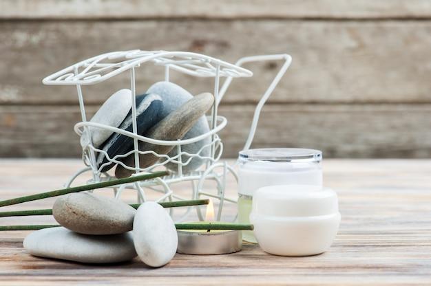 Varas de aroma, seixos e velas acesas Foto Premium