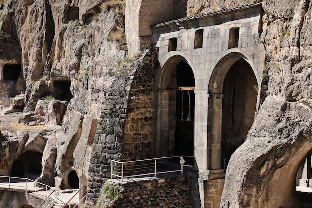 Vardzia caverna antiga cidade-mosteiro na montanha erusheti perto de aspindza, geórgia Foto gratuita