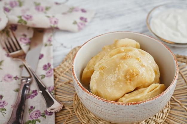 Vareniki com cebola e creme azedo Foto Premium