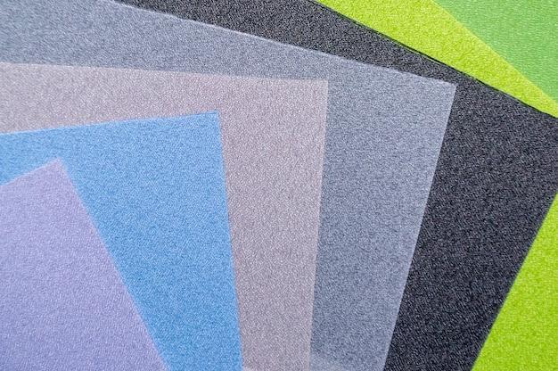 Várias amostras de tecidos coloridos. histórico da indústria. foco seletivo Foto Premium