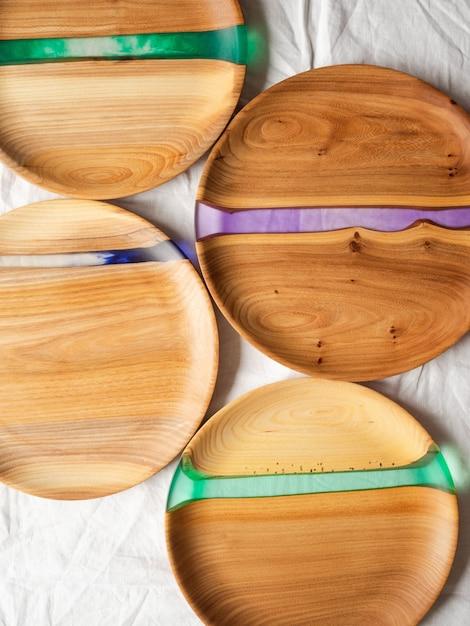 Várias bandejas redondas de madeira para artesanato com inserções de resina Foto Premium