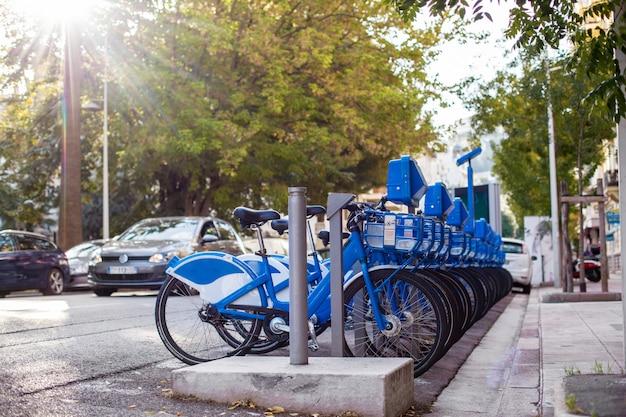 Várias bicicletas da cidade para alugar na cidade Foto Premium