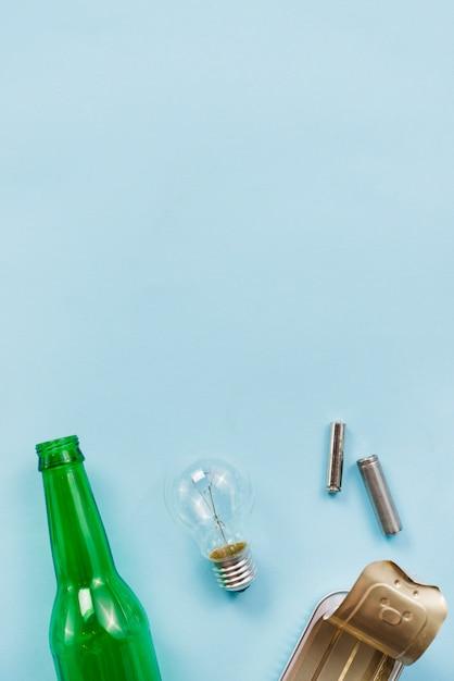 Várias dicas de lixo reciclável em fundo azul claro Foto gratuita