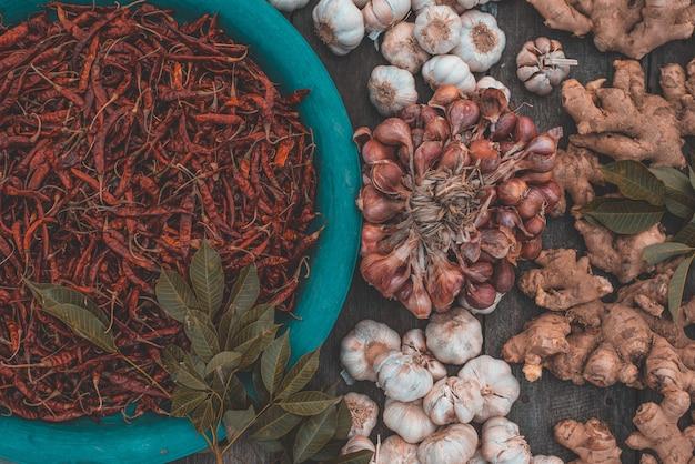 Várias ervas e especiarias para cozinhar Foto Premium