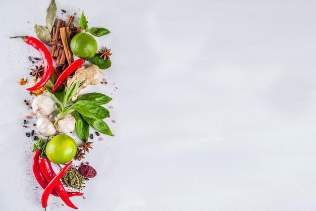Várias ervas e especiarias Foto Premium