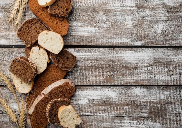 Várias fatias de pão no fundo da prancha de espaço de cópia de madeira Foto gratuita