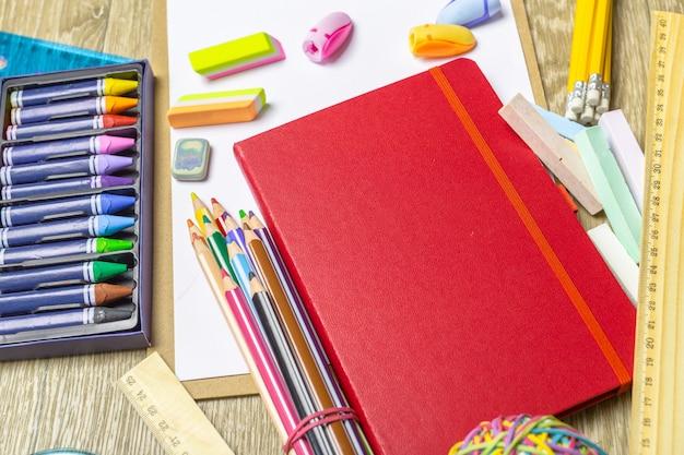 Várias ferramentas de desenho coloridas. brincar Foto Premium