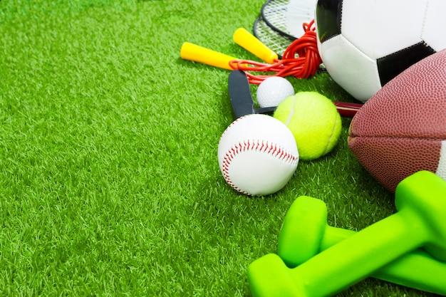 Várias ferramentas de esporte na grama, fundo de verão Foto Premium