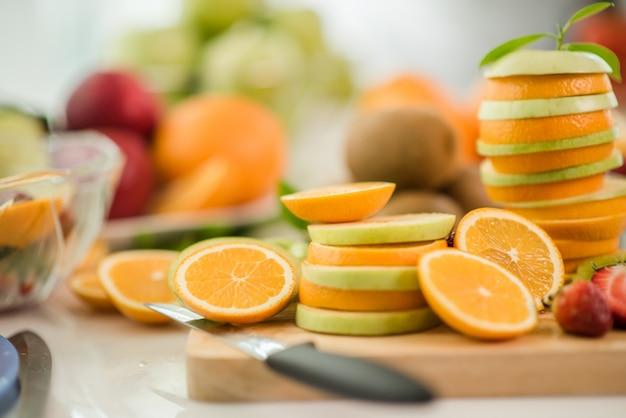 Várias frutas, alimentação de cuidados de saúde e conceito saudável Foto gratuita