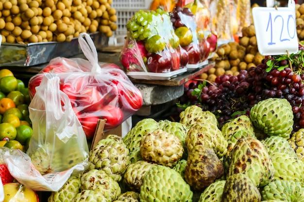 Várias frutas frescas na comida de rua na zona rural do mercado local Foto Premium