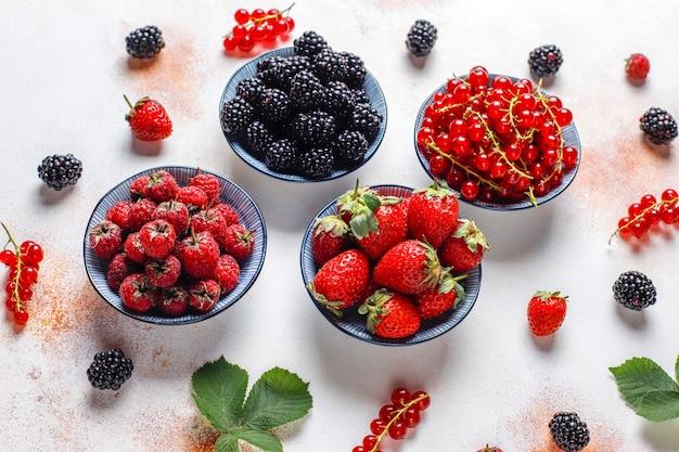 Várias frutas frescas no verão, mirtilos, groselha, morangos, amoras, vista superior. Foto gratuita