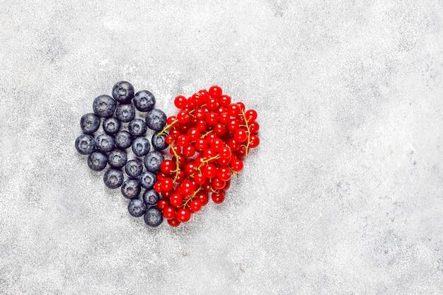 Várias frutas frescas no verão, mirtilos, groselha, vista superior. Foto gratuita