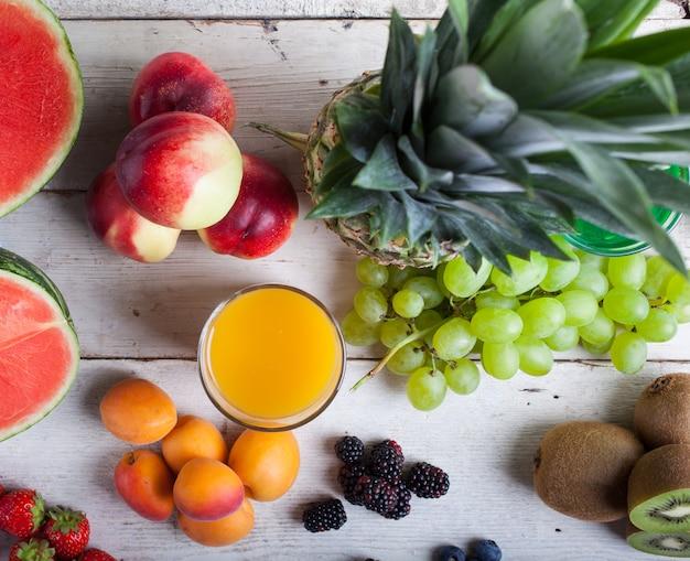 Várias frutas na mesa de madeira branca Foto Premium