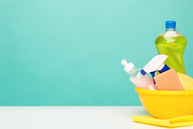Várias garrafas com material de limpeza Foto gratuita