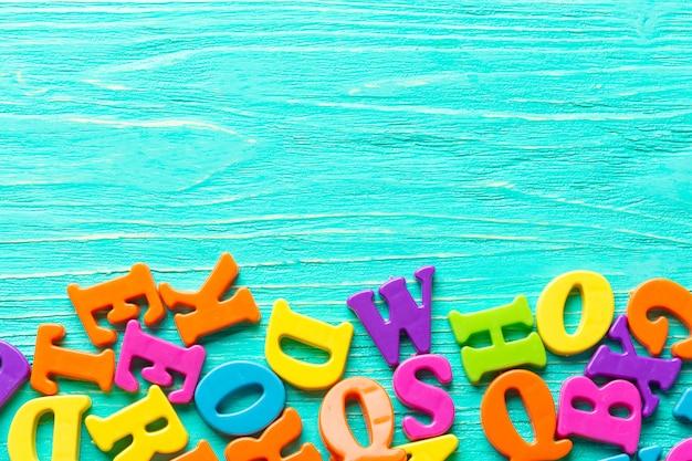 Várias letras coloridas na mesa de madeira Foto Premium