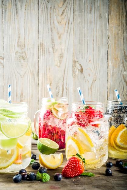 Várias limonadas de frutas e bagas Foto Premium