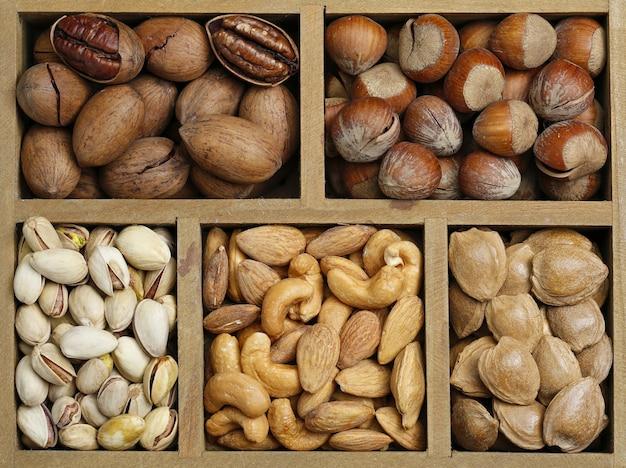 Várias nozes na caixa de madeira Foto gratuita