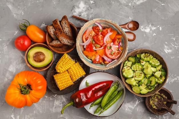 Várias saladas Foto Premium
