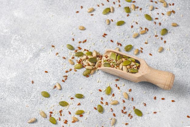 Várias sementes - gergelim, semente de linho, sementes de girassol, sementes de abóbora para saladas. Foto gratuita