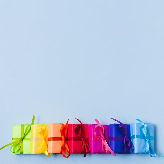 Variedade colorida de presentes Foto gratuita