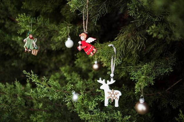 Variedade com decoração de árvore de natal em forma de anjo Foto gratuita