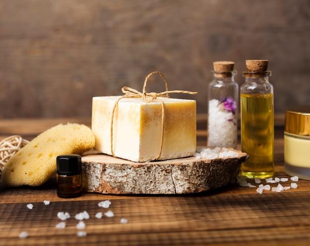 Variedade com sal e sabão para o banho Foto gratuita