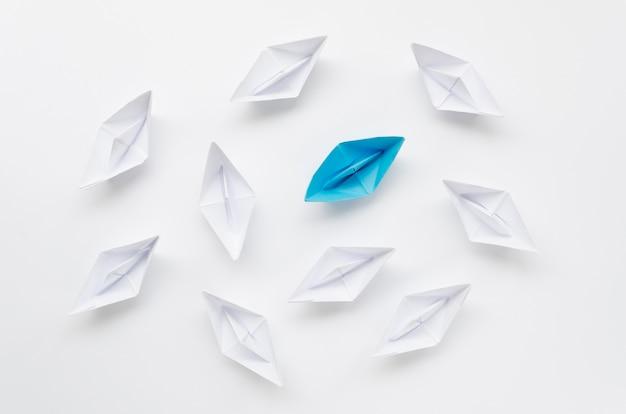 Variedade criativa para barcos de papel de conceito de individualidade Foto Premium