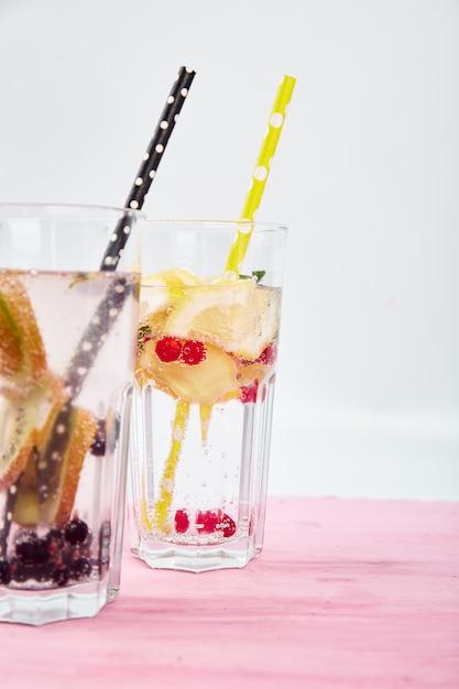 Variedade de água infundida detox. dieta. bebida saudável. Foto Premium