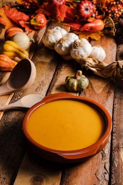 Variedade de alimentos de alto ângulo com sopa Foto gratuita