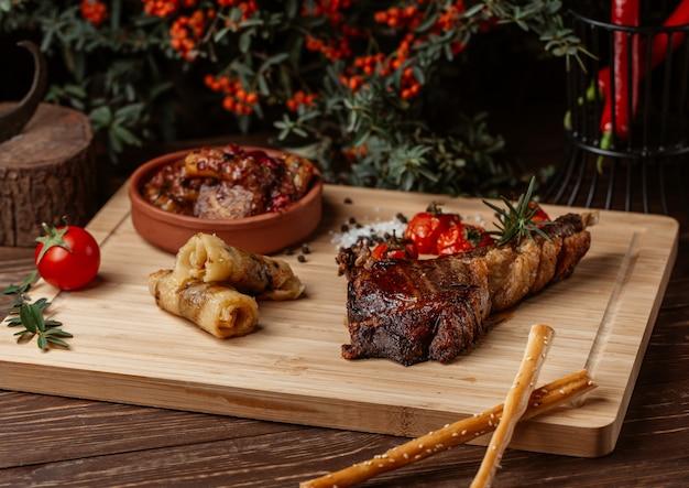 Variedade de alimentos feitos de carne, pãezinhos, govurma e bife. Foto gratuita
