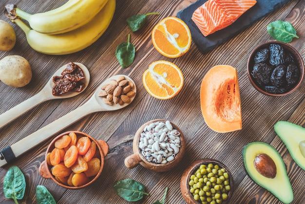 Variedade de alimentos ricos em potássio Foto Premium
