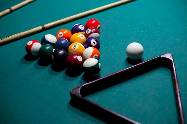 Variedade de alto ângulo com bolas de bilhar e triângulo Foto gratuita