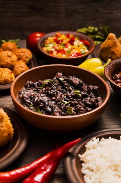Variedade de alto ângulo com deliciosa comida brasileira Foto gratuita