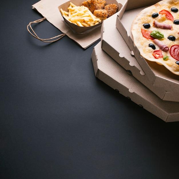 Variedade de alto ângulo com pizza e batata frita Foto Premium