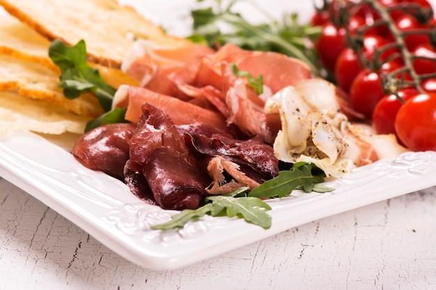 Variedade de aperitivos italianos tradicionais Foto Premium
