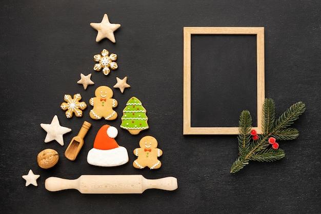 Variedade de biscoitos de gengibre de natal de vista superior com moldura vazia Foto Premium