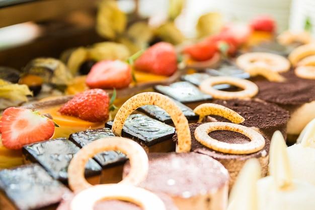 Variedade de bolos, sobremesas e chocolates Foto Premium