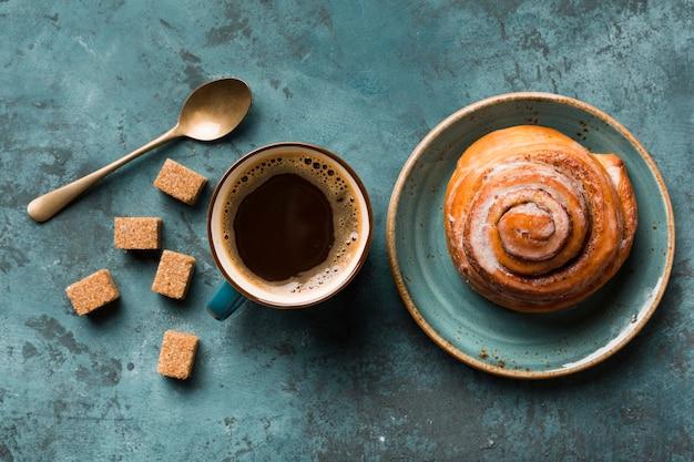 Variedade de café da manhã plana leigos com café e pastelaria Foto Premium