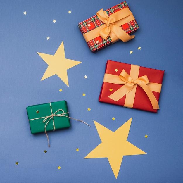 Variedade de caixas de natal com estrelas douradas Foto gratuita