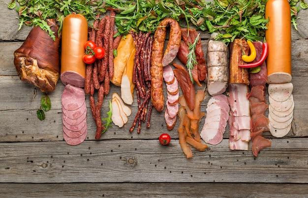 Variedade de carnes frias, variedade de produtos processados de carnes frias Foto Premium