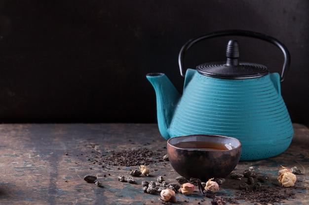 Variedade de chá seco com bule Foto Premium