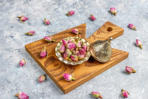 Variedade de chá seco em mini placas vintage douradas. tipos de chá Foto gratuita