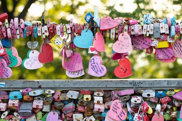 Variedade de chave trancada na torre n seoul na montanha namsan que as pessoas acreditam que terão o amor para sempre se escreverem o nome do casal Foto Premium
