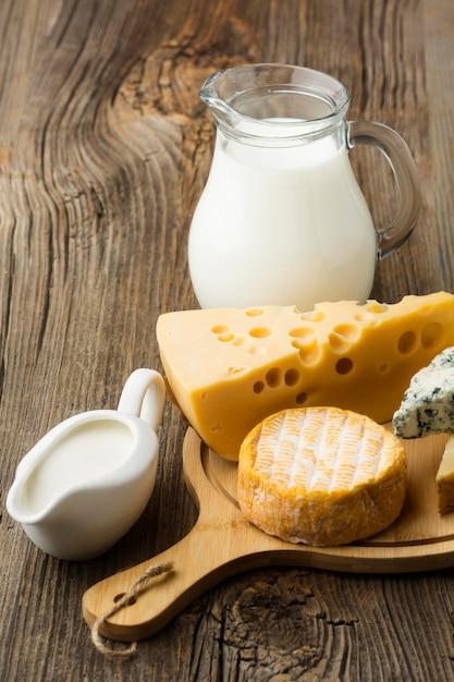 Variedade de close-up de queijo gourmet pronto para ser servido Foto gratuita