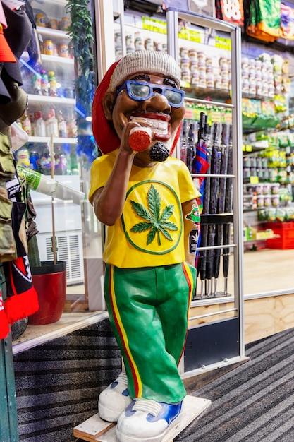 Variedade de comida de cannabis nas lojas da cidade velha. vertical. Foto Premium