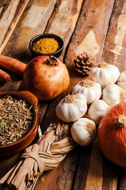 Variedade de comida de outono alto ângulo na mesa de madeira Foto gratuita