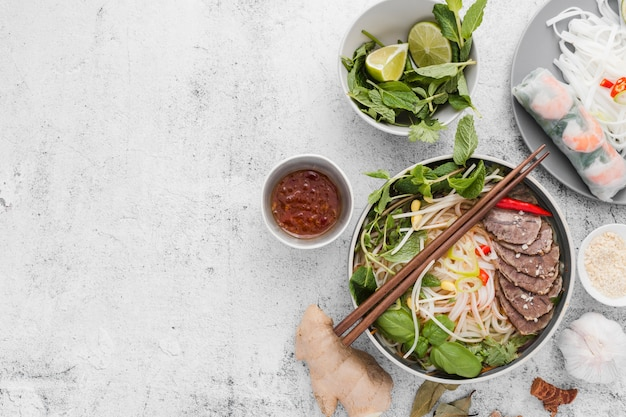 Variedade de comida vietnamita Foto gratuita