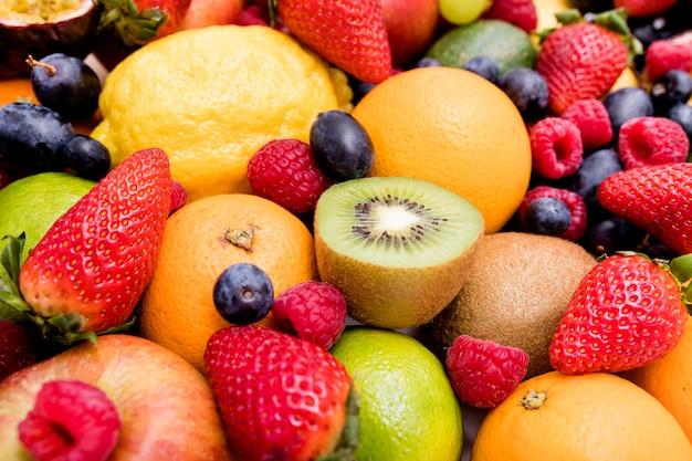 Variedade de deliciosas frutas frescas Foto Premium